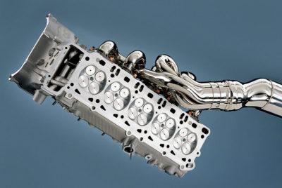 Jedna od dve glava 40-ventilskog V10 motora sa izduvnim cevima (BMW AG)