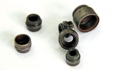 Ovako izgledaju dotrajali zaptivači stabljike ventila još poznati kao gumice ventila… U svakom slučaju, kroz oštećeni zaptivač, ulje koje podmazuje bregaste osovine može prodreti u kompresioni prostor.