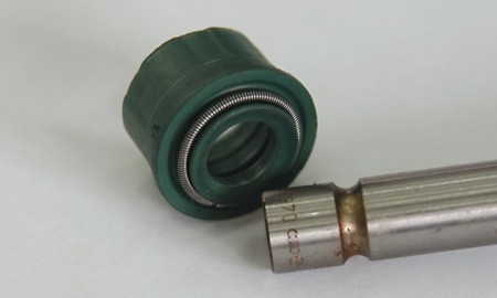 Ispravan zaptivač, postavlja se na stabljiku ventila. Vrlo je jeftin i vrlo jednostavan, ali neispravan može izazvati mnogo glavobolje i prouzrokovati stalno dosipanje ulja što, naravno, košta.