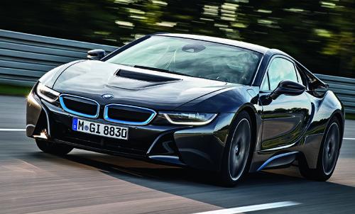BMW i8 je prvi serijski automobil koji opcijski nudi laserska svetla (u serijskoj opremi su LED svetla)