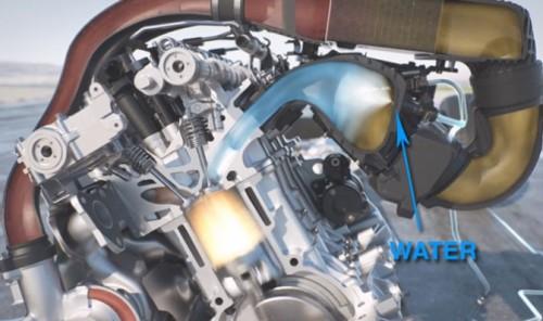 Ubrizgavanjem vode u užarene cilindre postiže se dvostruki uticaj: smanjuje se rizik detonantivnog sagorevanaj te se njenim naglim isparavanjem povišuju pritisci u cilindrima