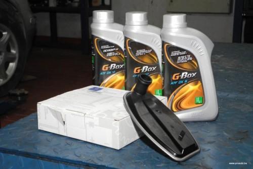 Ukoliko se radi o automatskim menjačima za koje je preporučen servis, obično se u njemu menja ulje i filter. Moderni automatski menjači koriste između pet i devet litara ATF ulja.